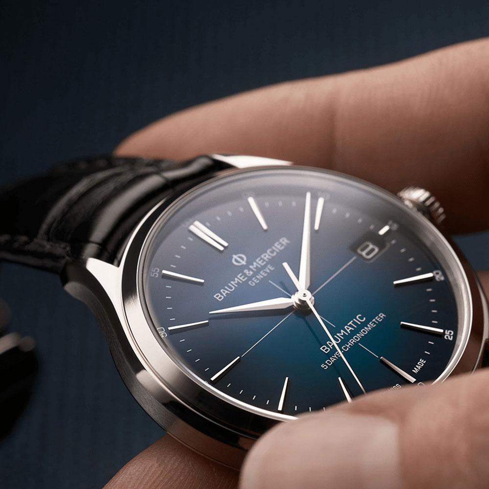 Die Baume & Mercier Clifton Baumatic 10467 überzeugt mit klassisch-moderner Optik und einem als Chronometer zertifiziertem Automatikkaliber mit beeindruckenden 120 Stunden Gangreserve.
